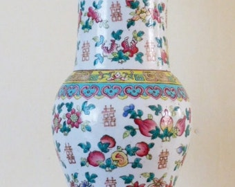 Grand vase balustre chinois. Vase chinois Qing dynastie. Emaux de la Famille Rose.