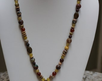 Women's natural stone bead necklace with agate pendant