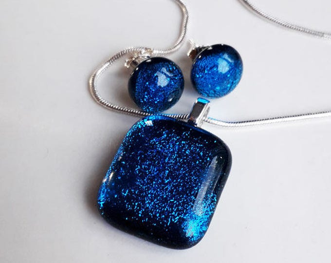 Blue jewellery set, in bright turquoise fused dichroic glass.