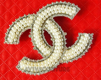 CHANEL Brooch CC Logo Name Paris in White Gold Plated Pearls New 100%
