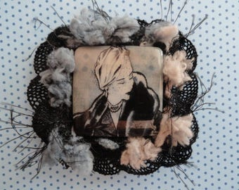 """History of women"" brooch mother of Pearl and resin"