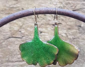 Boucles d'oreilles -  feuilles de Gingko vertes- émaux sur cuivre