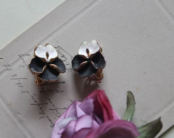 Vintage clip earrings, flowers, violet, stiff mother clips ca. 60-he years, flower clips for the ear black white flowers for the ear