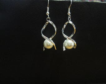 Silver metal and White Pearl Earring