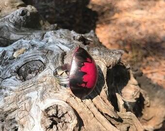 Bague en ivoire végétal fuchsia/marron et métal argenté