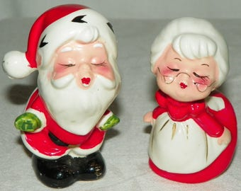 Adorable Santa Claus and Mrs Claus Puckering Up For A Kiss Christmas Salt and Pepper Shakers Made in Japan