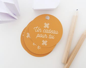 Set of 35 round gift tags shown in white snowflakes
