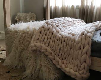 Chunky merino wool throw/blanket in creamy soft pink 100x175cm