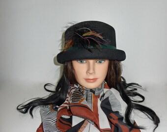 Superb vintage black fedora felt hat with feathers - L -Très beau chapeau de feutre noir avec plumes G