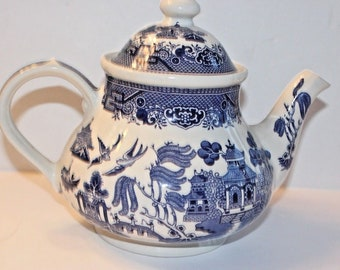 Vintage Churchill Fine China Made in England Blue Willow Teapot with Lid Mint Condition Coffee Serving Pot 40 oz Chinoiserie blue white