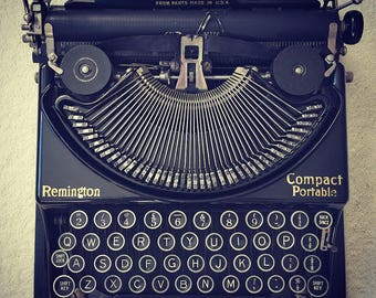 Working Remington Compact Portable Typewriter with original case and cleaning brush