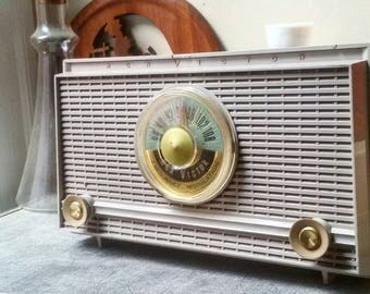 Vintage RCA Victor Transistor Radio    Sold AS IS