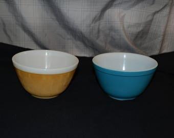 2 Pyrex 1 1/2 Pint mixing bowls