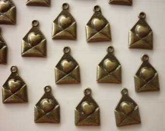 5 breloques enveloppe coeur bronze