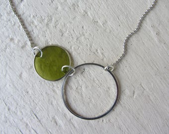 modern and minimalist Choker necklace, ring and silver and mother of Pearl coin, green and silver ball chain