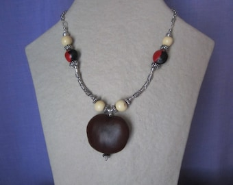 Necklace seed of wawa heart, caconnier, bacaba and silver finishes