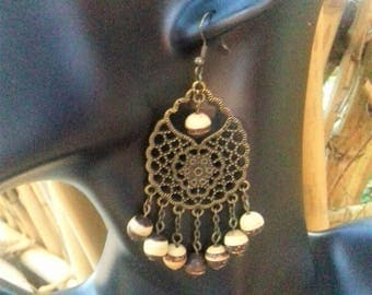 Rosette adorned with coconut beads and bronze earrings