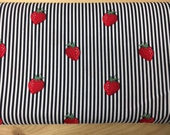 Tissu de coton imprimé fraises fond blanc rayures bleu marine 150 cm largeur