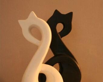 Sculpture chat. Chat en pierre. Chat blanc. Chat noir. Sculpture de chat noir. Sclupture animale. Blanc et noir. Art animalier