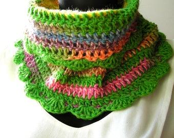 Snood crocheté en laine Katia City Green and multicolored it measures 19 cm long and 39 cm wide at the base.