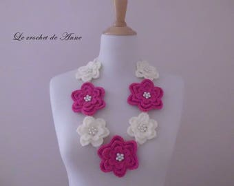 Necklace in fuchsia and white, decorated with flowers and pearls!