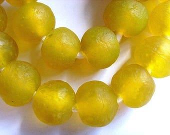 40 TGBL25 - yellow - translucent glass beads