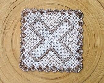 Small doily bi - colored bobbin lace