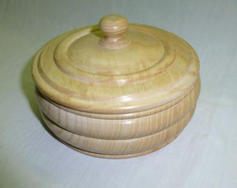 Box with lid made of polished wood. Diameter 14 cm - handcrafted shooting
