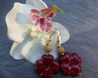 Pretty red flower for these earrings