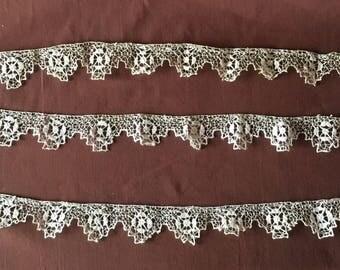 Side. Antique Handmade edge lace fillet embroidery. Ancien dentelle vintage Lace