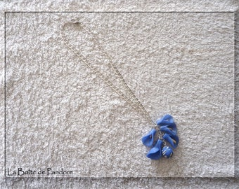 Choker necklace and cluster of flowers