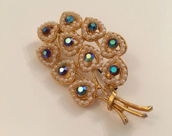 Charming vintage gold tone brooch