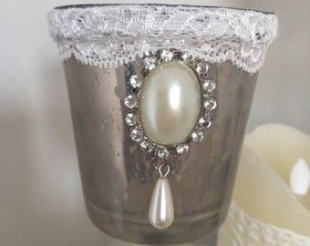 Très joli Photophore bougeoir en verre gris argenté façon chaby chic français avec dentelle, noeud, ruban, perles nacrees, fil argenté