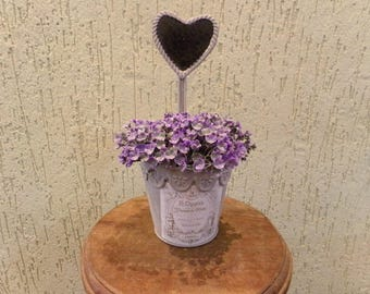 Vase Garnish with lilac roses