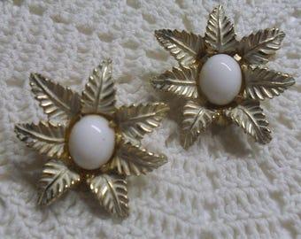 Vintage MARVELLA Gold Tone Leaves & Milk Glass Clip On Earring