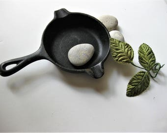 Vintage Miniature Wagner Ware Iron Skillet, Ash Tray, Kitsch, Weirdly Cute