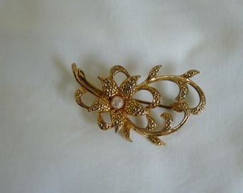 Vintage gold tone faux pearl floral brooch
