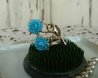 Elegant Vintage Blue Rose Lapel Pin - Retro Gold Tone Lapel Pin, OOAK Vintage Jewelry Gift for Her, Rose Pin, Fine Blue Rose Costume Jewelry