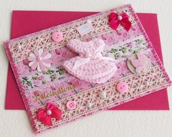 Carte Félicitations Naissance Bébé Fille - Baby Love - Robe en laine, Dentelle, Bouton, Noeud satin - Création d'artiste, pièce unique