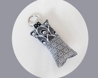 Keychain in black, grey and white peacock feathers pattern fabric / grey stars Asanohas - gift idea