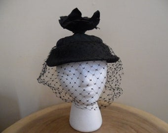 Vintage 1940s - 50s Noreen Fashion Hat; Unique Black Hat with Straw Brim and Satin Crown; Black Straw Fascinator Hat with Veil, Size 22