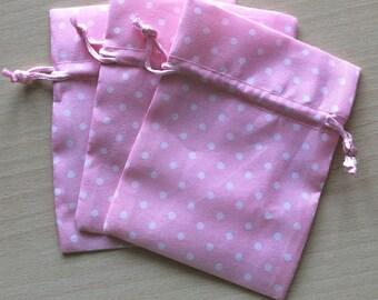 petite pochette en tissu rose avec pois blancs taille 9 x 12 cm