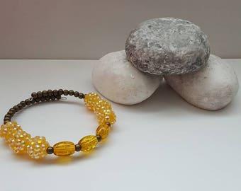 Chunky yellow big bead bangle, danity bronze bead bracelet, yellow crackle effect bead bangle, beaded bangle, beaded memory wire bracelet,