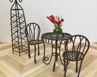 Miniature dollhouse bistro set with trellis