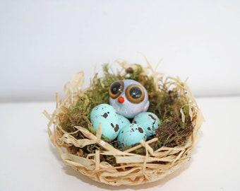 Décoration petit nid avec un oiseau et trois oeufs