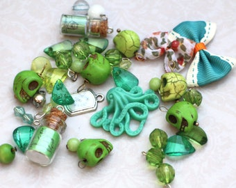Alice treasures - set of green charms