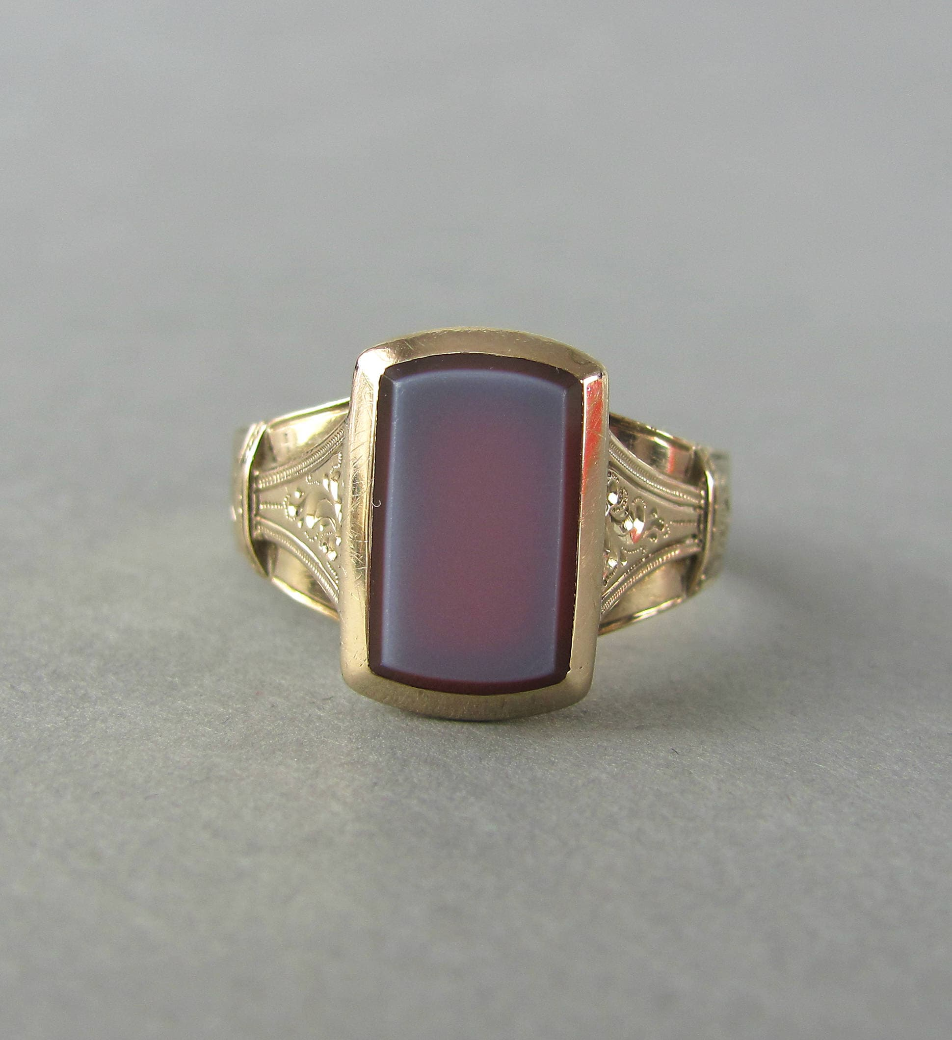 Preferred ANTIQUE signet ring, Victorian era gold and hardstone sardonyx  IU64
