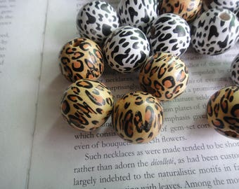 2 colors for selection, 23mm leopard imprinted wood beads, cheetah beads, total 15 beads.