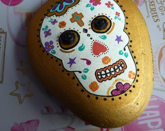 Pebble paperweight depicting a calavera skull Mexican hand painted