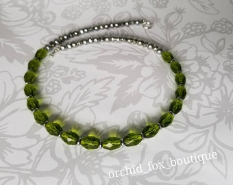 Green & silver tone glass beaded necklace
